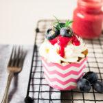 Very Berry Cupcakes mit Beeren Curd und weißer Schokolade