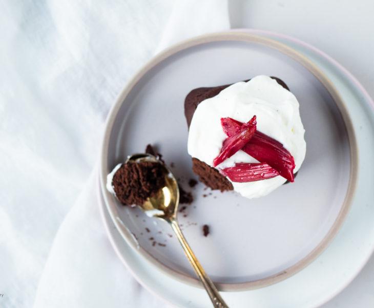 Schokoladenbrownies mit Ofenrhabarber