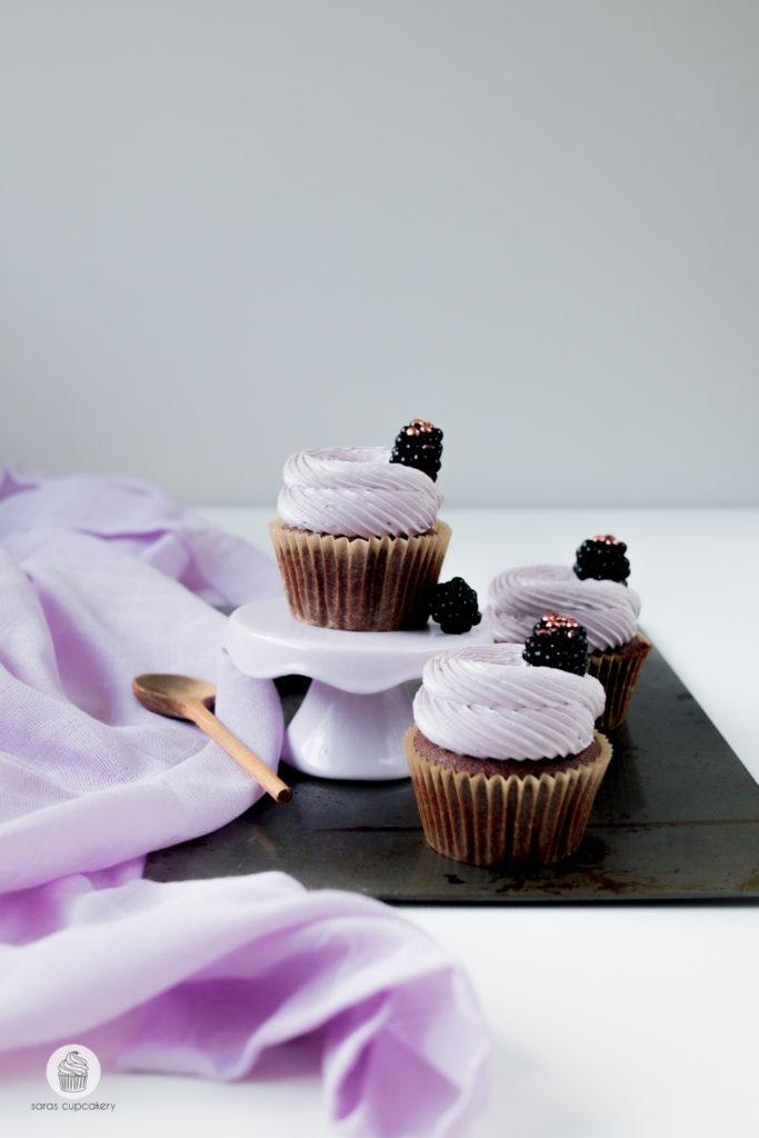 Schokoladen-Karamell Cupcakes mit Brombeeren
